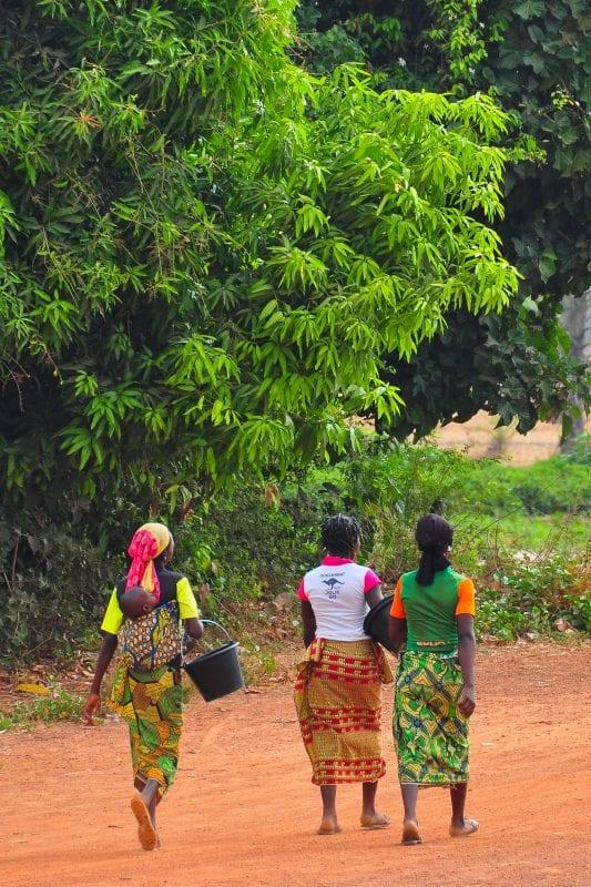 Chicas camino de Sindou