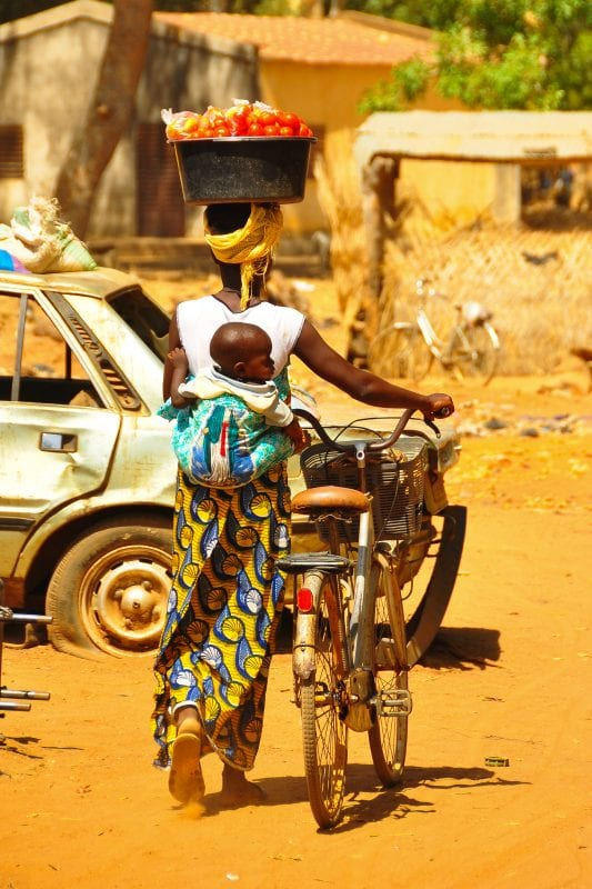 Mujer burkinabe por el mercado