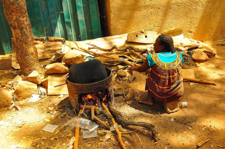 Mujer cocinando en Tiebelé