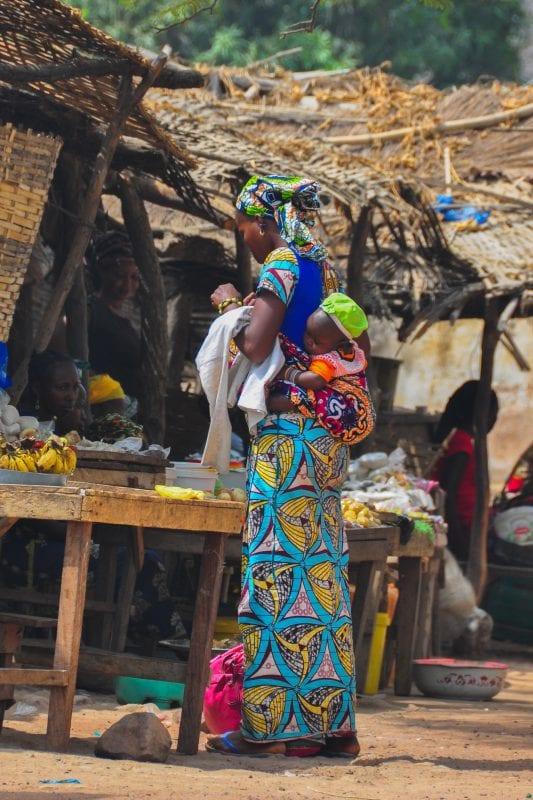 Mujer comprando en Dindefelo