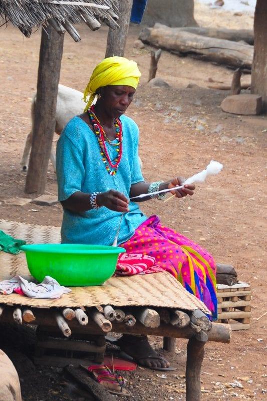 Mujer deshilando algodón