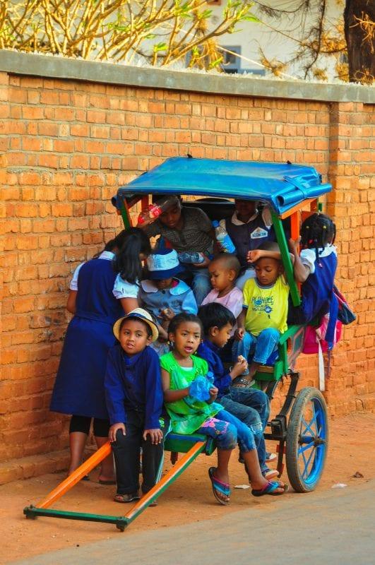 Niños en un Pousse-Pousse